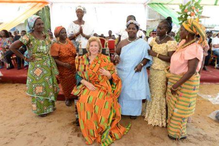 Mme Dominique Ouattara Pose avec ses soeurs d'assinie