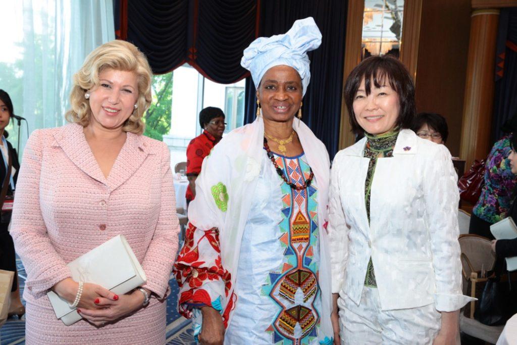 la_premire_dame_mme_dominique_ouattara_en_compagnie_de_la_premire_dame_du_mali_mme_dioncounda_traorr_et_lrpouse_du_premier_ministre_japonais_1.jpg