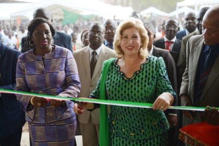 Mme Dominique Ouattara offre une salle multimédia et équipe la bibliothèque du lycée moderne
