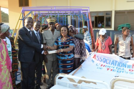 La Première Dame, Mme Dominique Ouattara comble les populations