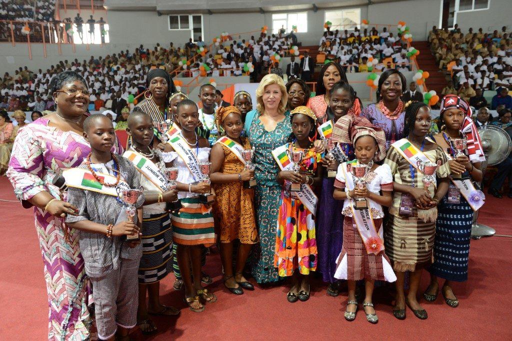 la_premire_dame_a_exhortr_les_laurrates_du_camp_dexcellence_des_ambassadrices_juniors_au_travail.jpg