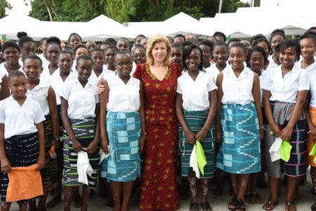 La Première Dame  Madame Dominique Ouattara en compagnie de la chorale du lycee Sainte Marie de Cocody