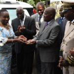 La Ministre Raymonde Goudou Coffie remettant les clés de l'ambulance à Lambert Kouassi Konan, PCA du Conseil Café Cacao