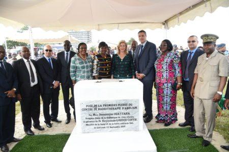 La Première Dame, Dominique Ouattara pose de la 1ère pierre d'un centre de radiothérapie